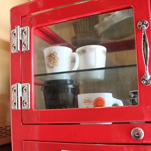 赤い食器棚